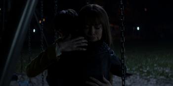Batwoman - Kate abraza a Beth
