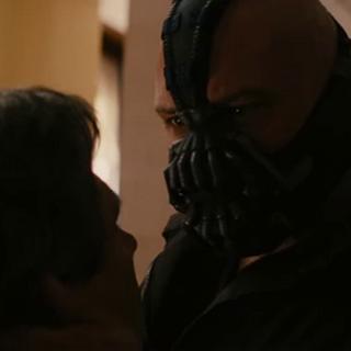 Bane, a punto de matar a Daggett.