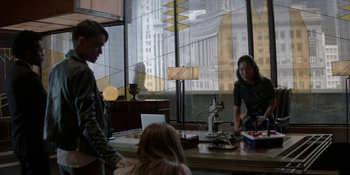 Batwoman - Mary intenta encontrar una cura para Beth