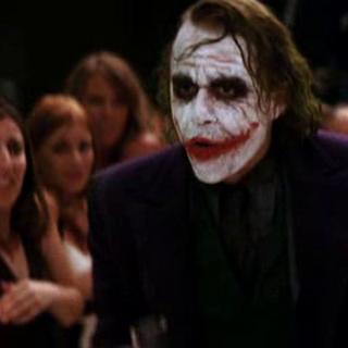 Joker irrumpe en la fiesta para encontrar a Harvey Dent.