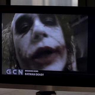 El Joker anuncia a Batman que se entregue si no quiere que continúen las muertes.