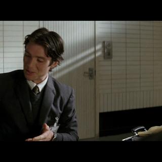 El Dr. Crane le enseña su arma a Carmine.