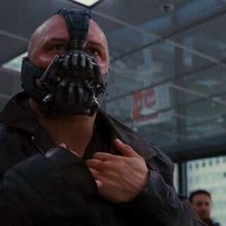 Bane ante la junta directiva de Industrias Wayne.