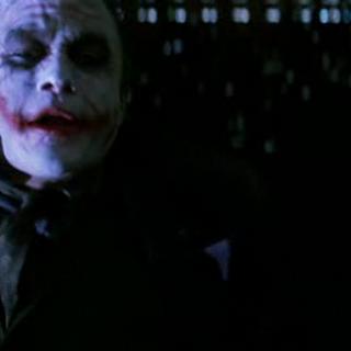 Joker conversa con Batman sobre la integridad de la gente de la ciudad.