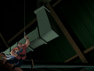 Max disparando un gancho de mano agarrado con gwen moviendose