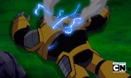 Robot Techadon amarillo con un agujero y rayos