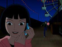 Julie hablando por telefono