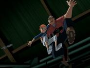 Max disparando un gancho de mano agarrado con gwen cayendo al piso