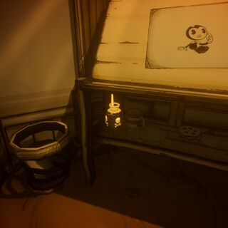 Чернильница на подставке под столом