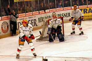 Eishockey Eisbaeren gegen Capitals