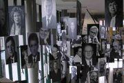 Freie Universität Berlin - Ausstellung im Henry-Ford-Bau - Rauminstallation mit Bildern von FU-Persönlichkeiten - Bild 1