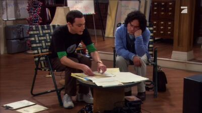 Sheldon und Leonard beim Besprechen der Mitbewohnervereinbarung
