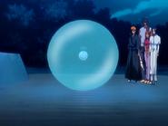 O25 Ichigo, Orihime, Sado i Uryu patrzą jak Yoruichi bez problemu tworzy kulę
