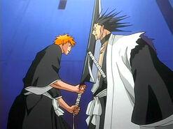 Ichigo trata de herir a Kenpachi