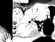 R480 Yuki dostrzega Shino w łapach Huge Hollowa