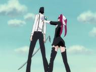 Ep354 Riruka przykłada Love Gun do pleców Tsukishimy