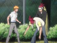 O64 Renji stara się wyjść ze swojego Gigai na oczach Ichigo