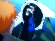 O10 Don Kanonji wymierza w śluz Demi-Hollowa unieruchamiający Ichigo swój Kan'onball