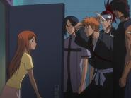 O65 Kurodo pod przebraniem otwiera drzwi Ichigo, Sado, Uryu i Rejiemu