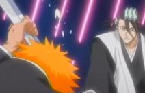 Ichigo atrapa la espada de Byakuya