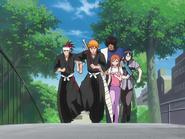 O67 Ichigo, Renji, Orihime, Uryu i Kurodo biegną do szkoły