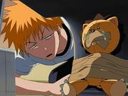Ichigo encuentra a Kon atado