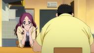 O314 Haruko przygląda się jak Ken je