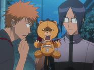 O66 Ichigo zaskoczony pomysłem Uryu na pluszaka Kona