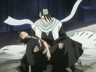 Byakuya ratuje Rukię przed upadkiem