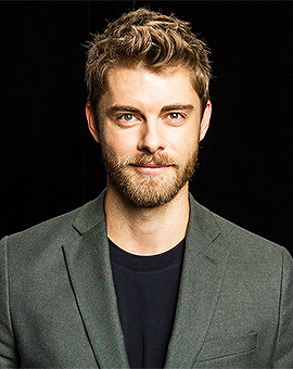 The 32-year old son of father (?) and mother(?), 185 cm tall Luke Mitchell in 2018 photo