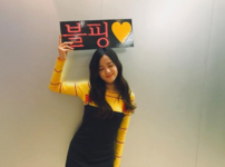 Jisoo holding up a sign 2