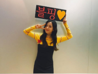Jisoo holding up a sign