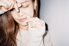 Jennie making a heart with her hands