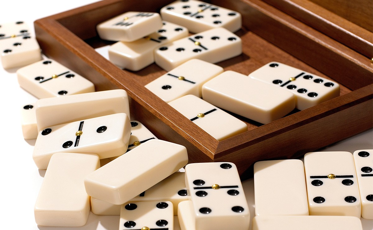 https://vignette.wikia.nocookie.net/board-games-galore/images/0/0c/Dalnegro-dominoes-walnut_detail_02.jpg/revision/latest?cb=20160720003908