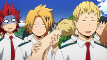 Kaminari jugando con la colaa de Ojiro