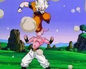 Goku ataca Buu cop de genoll
