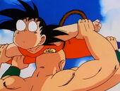 Cop de cap Ten Shin a Goku