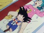 En Goku s'estira a sobre de la Bulma