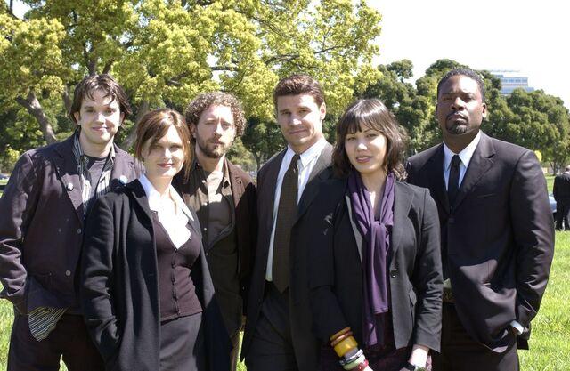 Fichier:Season 1 cast.jpg