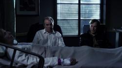 BCS 2x10 - Chuck y Jimmy con su madre en hospital
