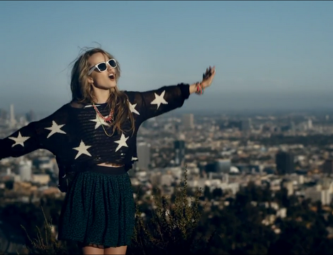 Archivo:Bridgit-mendler-and-wildfox-seeing-stars-intarsia-loose-knit-sweater-gallery.png