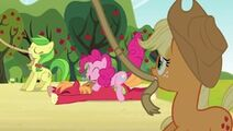 Big Mac atacado por una Pinkie
