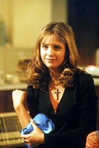 Buffy herida de vuelta en la biblioteca
