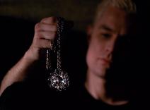 Spike avec l'Amulette