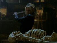 Buffy écrase les os du Maître