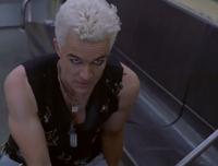 Spike tue la Tueuse, Nikki Wood sur une rame de métro à New York