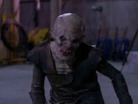 Le Turok-Han fait face à Buffy, sans crainte Buffy, pour un combat tête-à-tête