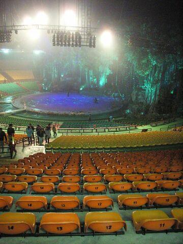 檔案:PanYu ChimeLong Show Stage n Seats.jpg