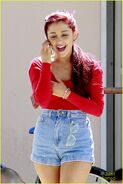 Ariana-grande-liz-gillies-dmv-02