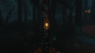 Patroszyciel Dead of the Night symbole na drzewach